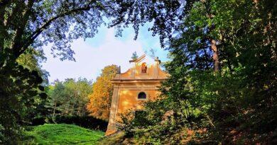 Majestátní kaple ukrytá v lesích. Vedle ní kdysi bydlel i poustevník