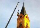 Z věže padaly tašky. Pokrývači opravili střechu u významné podbořanské památky